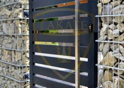 Eingangstor zwischen Gabionkörben installiert