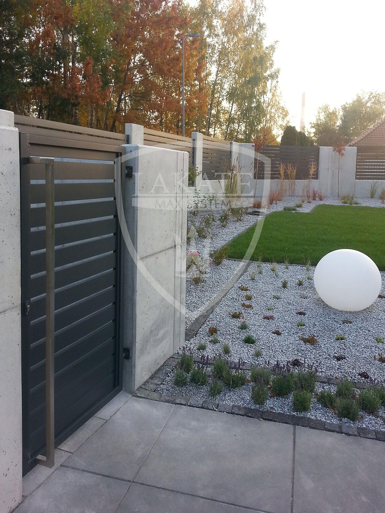 Furtka ogrodzeniowa osadzona na betonie architektonicznym