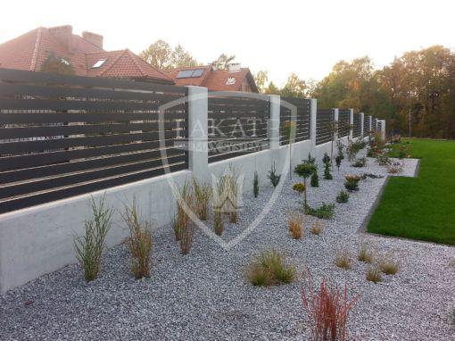 Zaun aus Aluminium, Sichtbeton