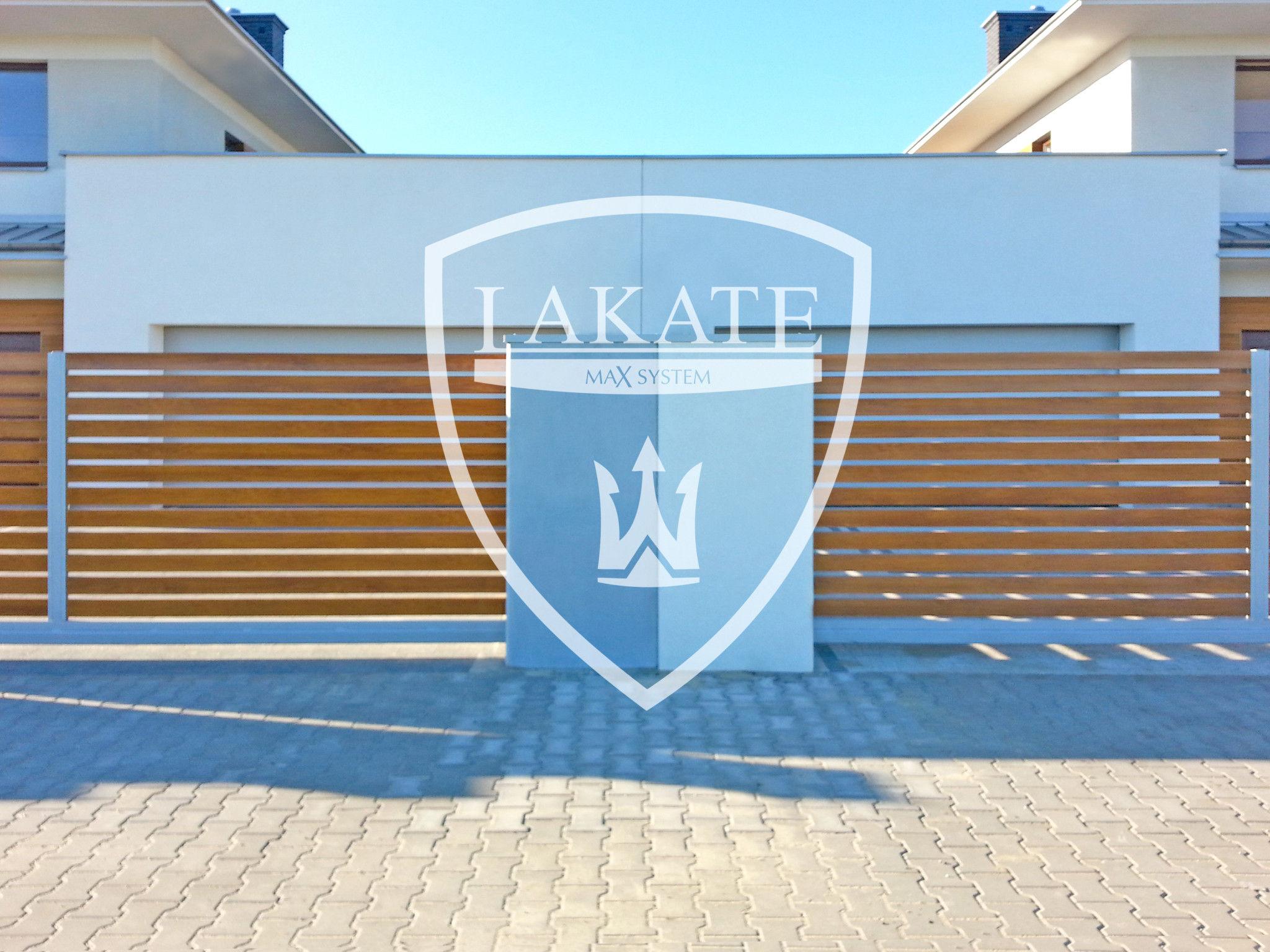 Nowoczesne ogrodzenie Alu Wood Fence osadzone na betonie architektonicznym
