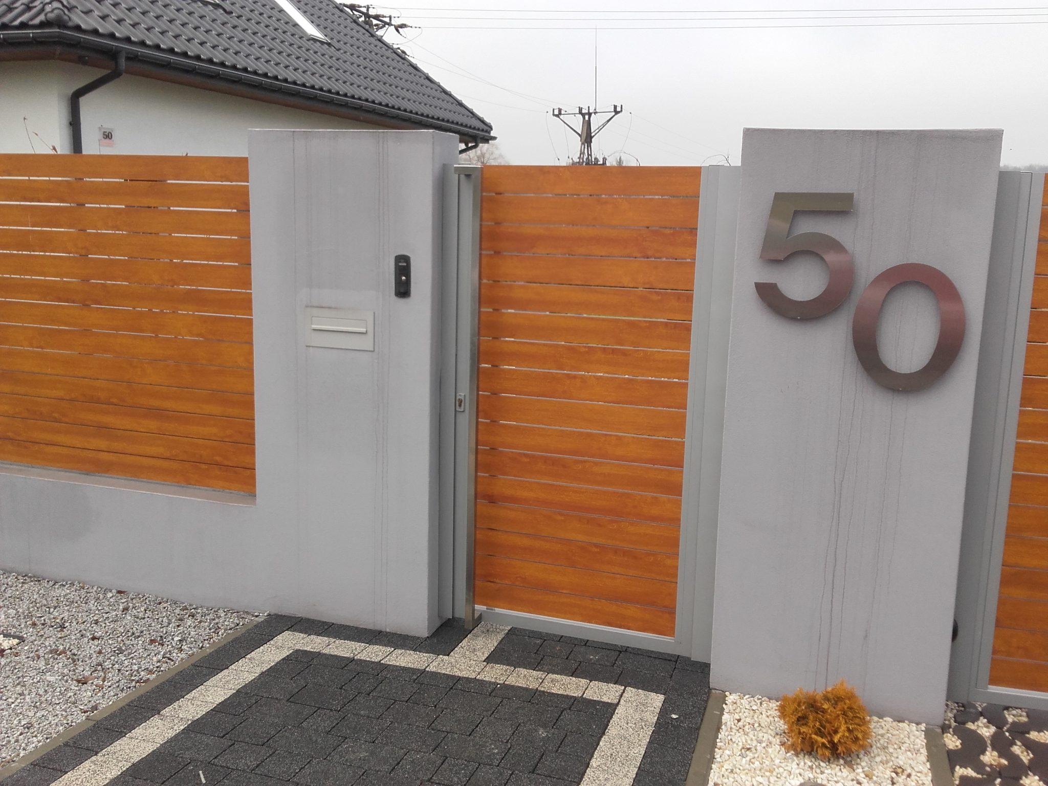 Realizacja w Sosnowcu-stalowy numer posesji oraz auminiowe elementy ogrodzenia