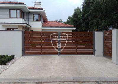 Einfahrtstor aus Aluminium, Holzstruktur